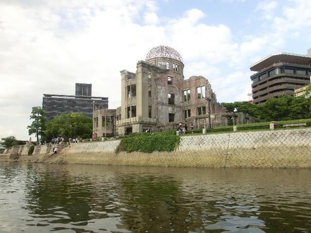 川面から見上げる原爆ドーム