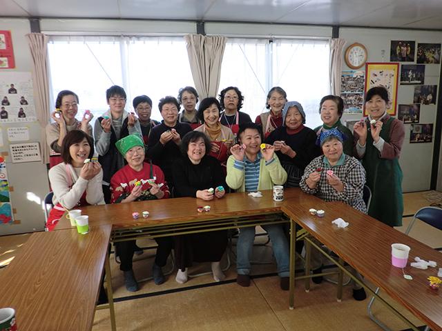 ▲みやぎ生協のふれあい喫茶。仮設住宅に住む方々と共立社鶴岡生協の皆さん、みやぎ生協のボランティアが一緒にお昼を食べ、楽しい時間を過ごしました。