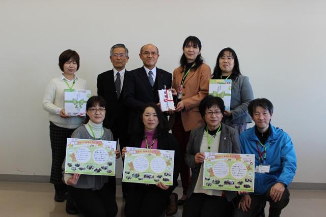 桜井勝延市長を囲んで児童クラブへの玩具などの目録を贈呈
